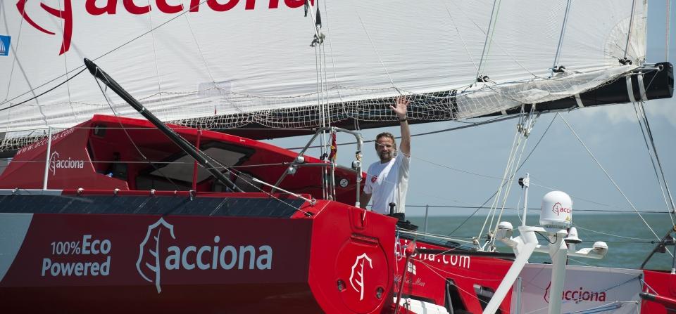 """Javier """"Bubi"""" Sansó saludando a su llegada a La Rochele © Europa Warm'Up"""