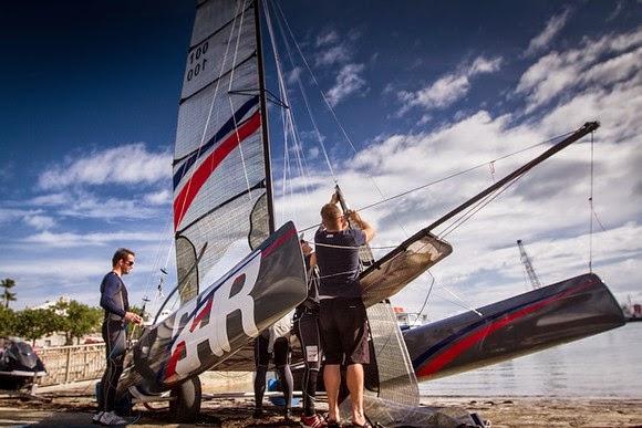 El equipo monta el aparejo de su barco de entrenamiento en el astillero Royal Naval © Ben Ainslie Racing