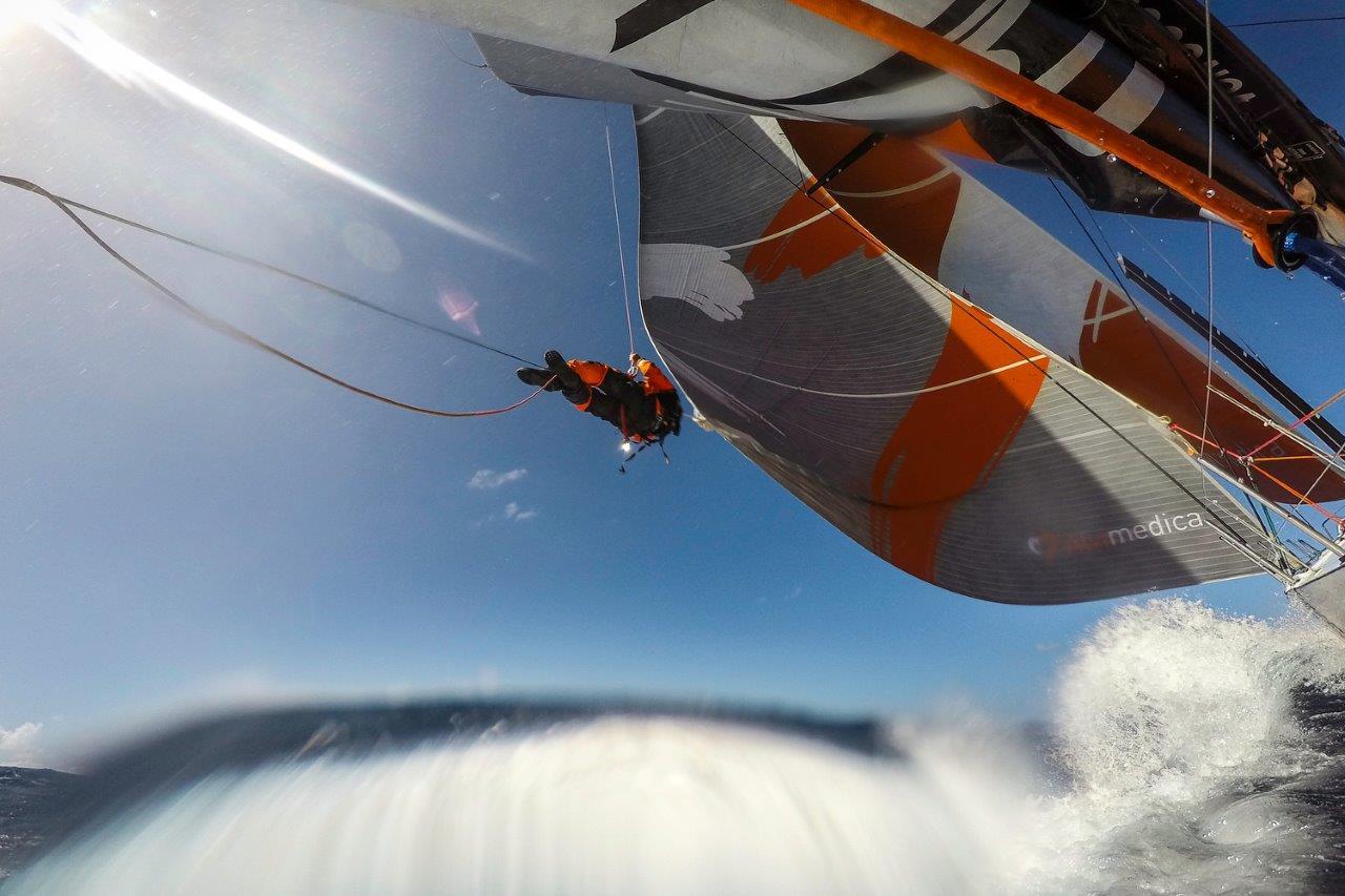 Dave Swete trepando para ajustar la tensión del Código Cero © Amory Ross / Team Alvimedica/Volvo Ocean Race