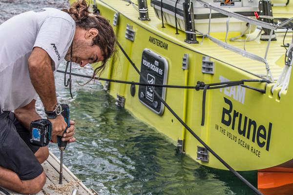 Asegurando los pantalanes © Ainhoa Sanchez/Volvo Ocean Race