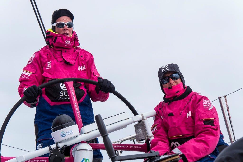 Carolijn Brouwer conduciendo y Dee Caffari trimando © Anna-Lena Elled/Team SCA/Volvo Ocean Race