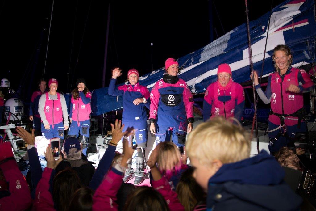La tripu del Team SCA en el pantalán celebrando la victoria © Marc Bow/Volvo Ocean Race