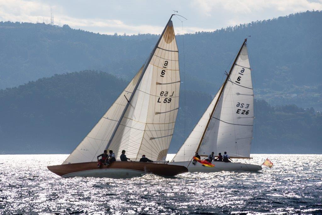 El nuevo 'Bribon', con SM el Rey Don Juan Carlos a bordo, navegando con el 'Acacia' en Sanxenxo © María Muiña
