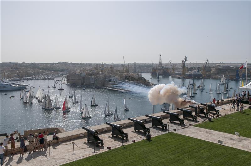 El 'saludo' de la Battery Cannons marca la salida de la Rolex Middle Sea Race © Kurt Arrigo/Rolex