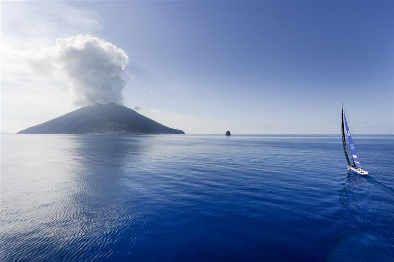 ESIMIT EUROPA 2 apuntando al volcán Stromboli y al islote Strombolicchio © Kurt Arrigo/Rolex