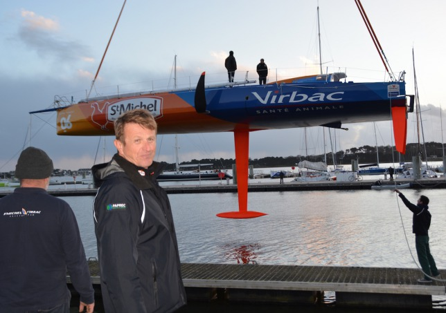 Jean-Pierre Dick vigilando el regreso al agua del Saint-Michel-Virbac © StMichel-Virbac Sailing Team