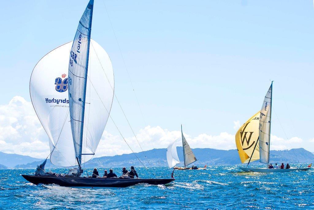 La flota 6mR durante los entrenamientos en las inmediaciones del Real Club Náutico de Sanxenxo © Miguel Selas