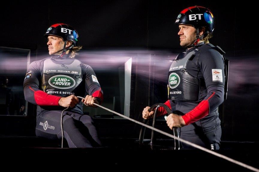 Los regatistas Matt Cornwell y Leigh McMillan porbando las propiedades aerodinámicas de su kit de navegación © Harry KH/Land Rover BAR