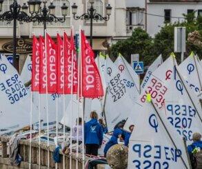 El viento roba el protagonismo a los Optimist en el Campeonato de España